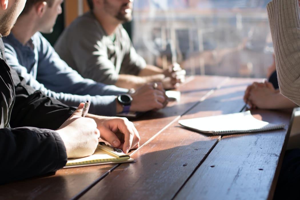 travail en équipe sur table en bois